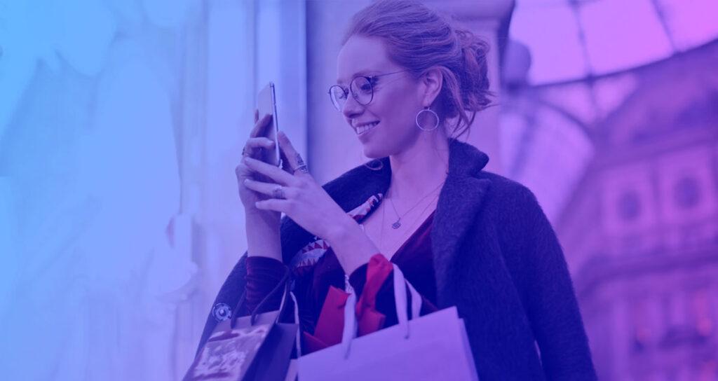 Kvinna som shoppar online